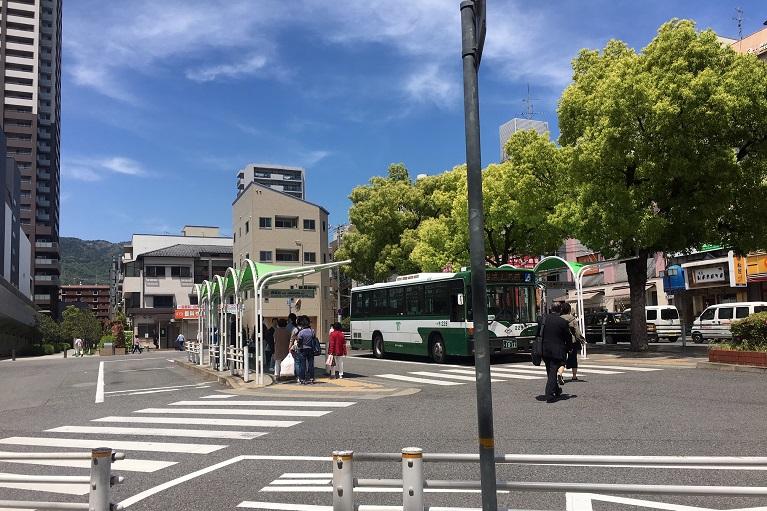 ③ ロータリーをバスがある方へと渡ります。